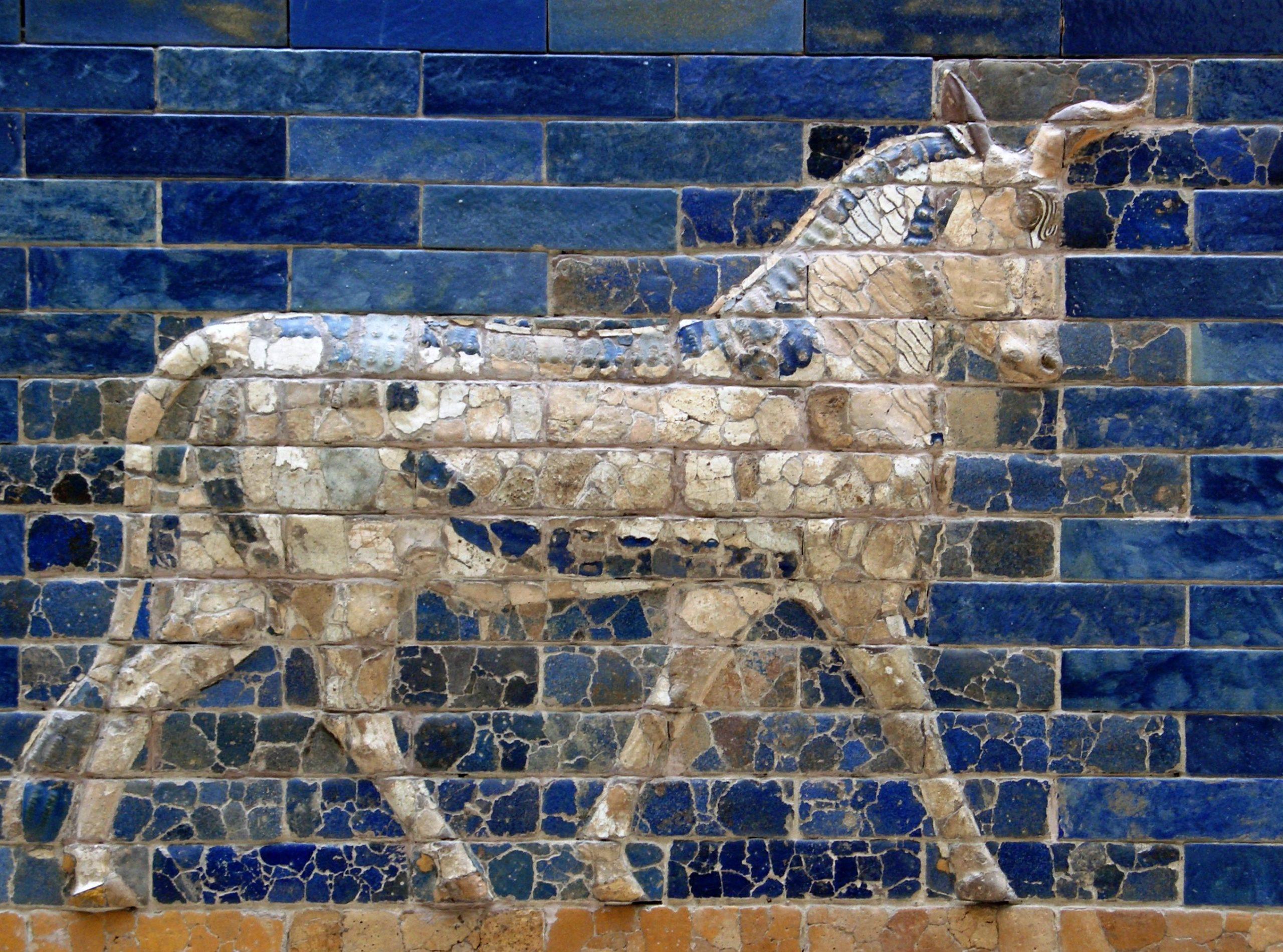 Darstellung eines Auerochsen auf Babylons Ischtar-Tor (6. Jahrhundert v. Chr.), heute im Pergamonmuseum, Berlin. Die Darstellung im Profil zeigt nur ein einziges Horn.