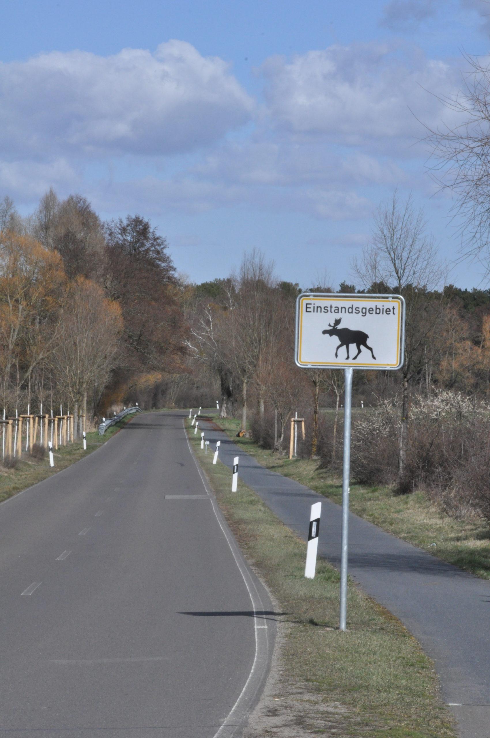 Warnschild in Hennickendorf - Einstandsgebiet des Elches